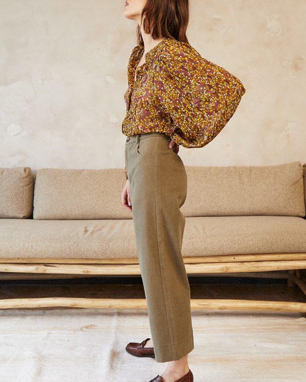 • La coupe : DAVID est un pantalon large en denim, taille haute, longueur 7/8e, coupe droite, style quatre poches, avec fermeture éclair et bouton. • La silhouette : Vous l'aviez adoré la saison dernière, notre pantalon DAVID revient sous un nouveau jour avec une coupe légèrement plus évasée et une taille ajustée. Le pantalon de la rentrée par excellence, avec lequel on peut vraiment s'amuser dans les associations. Sa coupe 7/8ème est idéale pour donner une coup de peps à vos tenues les plus casual. Une pièce confortable qui rejoint notre gamme en fibres naturelles Un brin de vert. • Coloris : kaki • Composition : 100% coton • Marque : Grace et mila